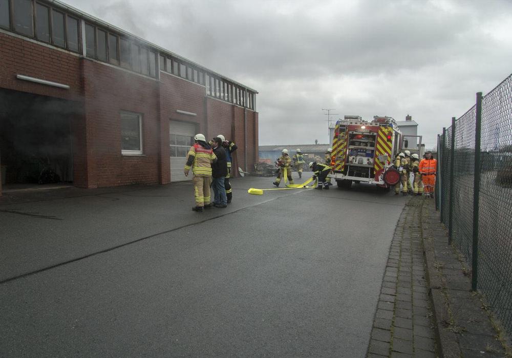 Dichter Rauch drang bei Eintreffen der Einsatzkräfte aus der Werkstatt. Fotos: Feuerwehr Schöningen