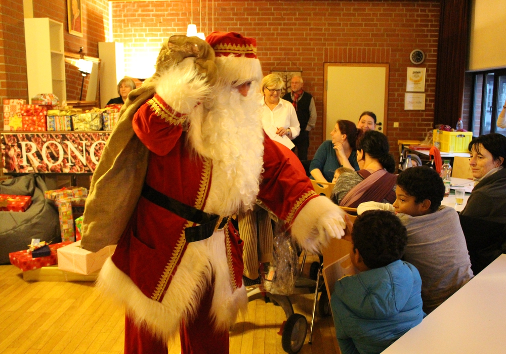 Der Weihnachtsmann begrüßt die Kinder. Foto: Max Förster