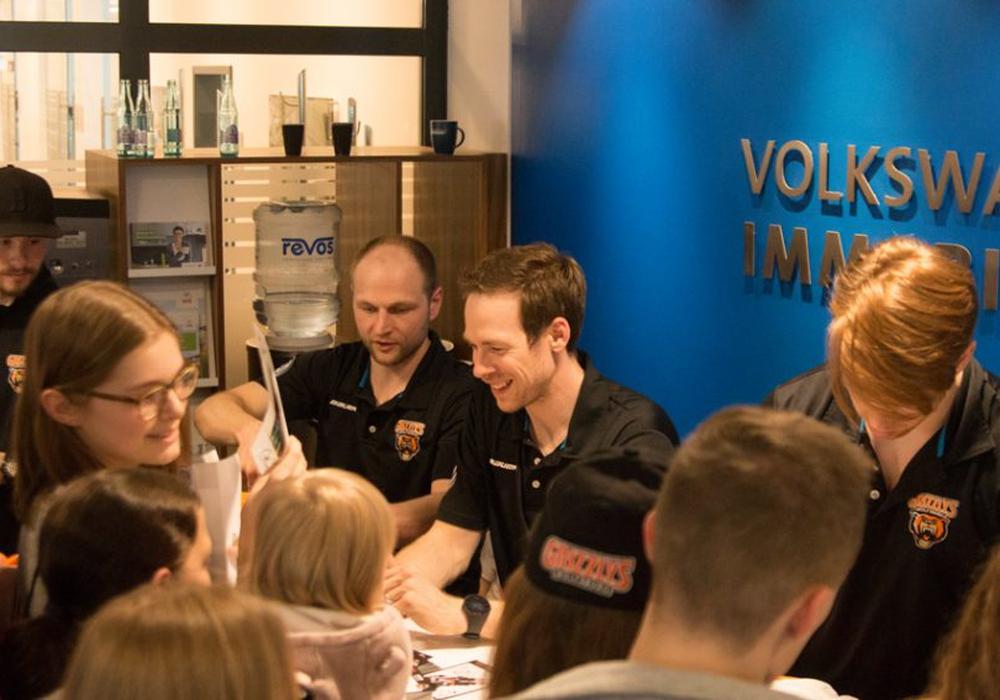 Tyler Haskins (Mitte) und seine Teamkollegen hatten trotz des bevorstehenden Abschieds ihren Spaß mit den Fans. Foto: Jens Bartels