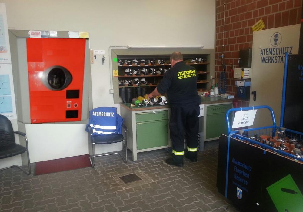 Die Feuerwehr Wolfenbüttel recycelt künftig ihre Atemluftflaschen. Text/Foto: Internet-Team Feuerwehr Wolfenbüttel (St/Hop)