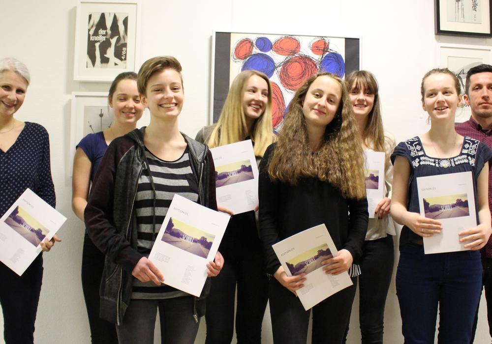 Stolz präsentieren die Schülerinnen des Theodor-Heuss-Gymnasiums ihr Magazin. Foto: Sandra Zecchino