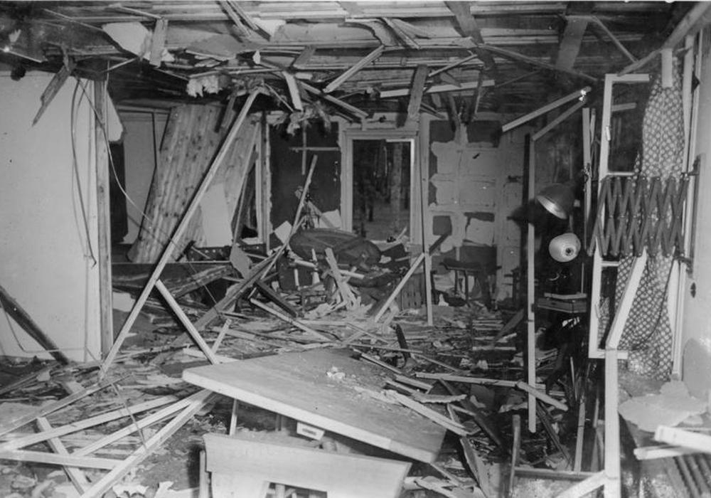 Die zerstörte Lagebesprechungsbaracke nach dem Anschlag auf Adolf Hitler am 20. Juli 1944. Foto: Bundesarchiv