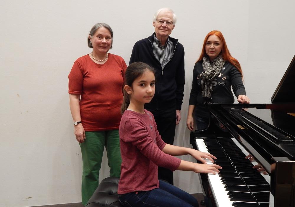 Herr Dr. Brandau im Kreis der beiden Organisatoren des Konzertes und einer jungen beteiligten Pianistin. Foto: Kreismusikschule Gifhorn