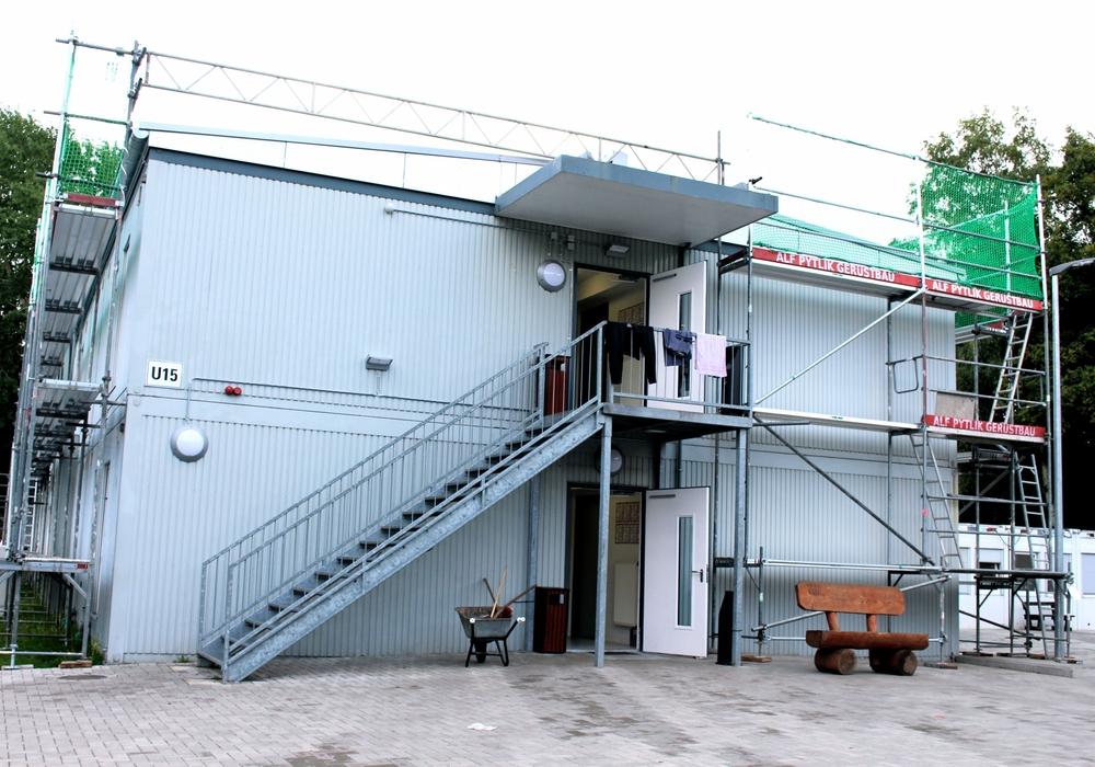 Mehrere Container dienen in der LAB als Unterbringungen. Foto: Sina Rühland