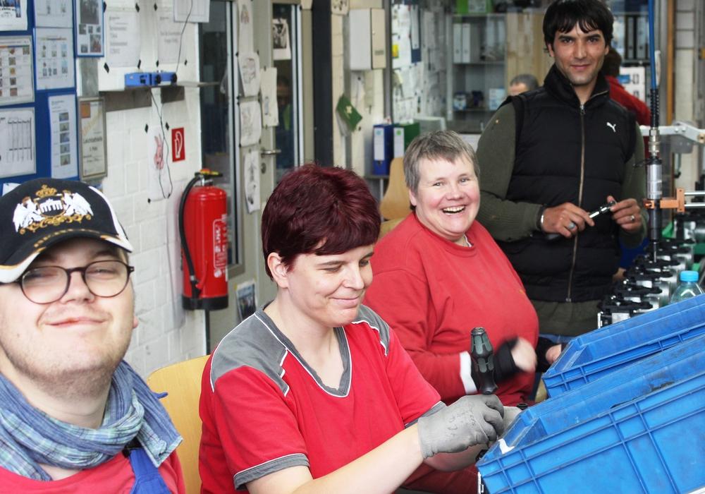 Samad Azizi (h.r.) unterstützt ehrenamtlich Beschäftigte der Lebenshilfe im Arbeitsalltag. Im normalen Tagesablauf profitieren beide voneinander. Samad Azizi trainiert seine Sprachkenntnisse, Menschen mit Behinderung lernen fremde Kulturen kennen. Fotos: Lebenshilfe Gifhorn