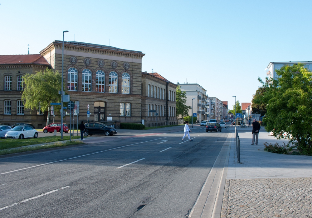 Die Fahrbahndecke der Langen Straße soll vor dem Lessingtheater saniert werden. Fotos: Werner Heise