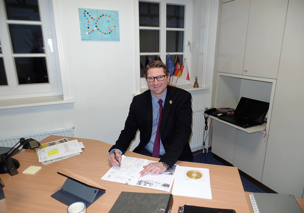 Sicktes Bürgermeister Marco Kelb an seinem Schreibtisch im Bürgermeisterbüro an der Bahnhofstraße. Foto: Hans-Lothar Köchy