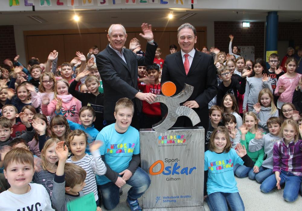 Der Sport Oskar wurde von den Schülerinnen und Schülern der Grundschule Calberlah begeistert empfangen. Fotos/Podcast: Alexander Dontscheff