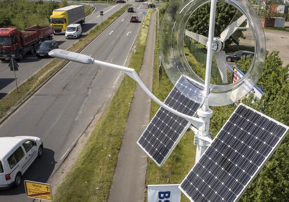 Die autarke Straßenlaterne von BS Energy in der Hansestraße versorgt sich vollständig selbst mit Strom. Foto: BS Energy/Peter Sierigk
