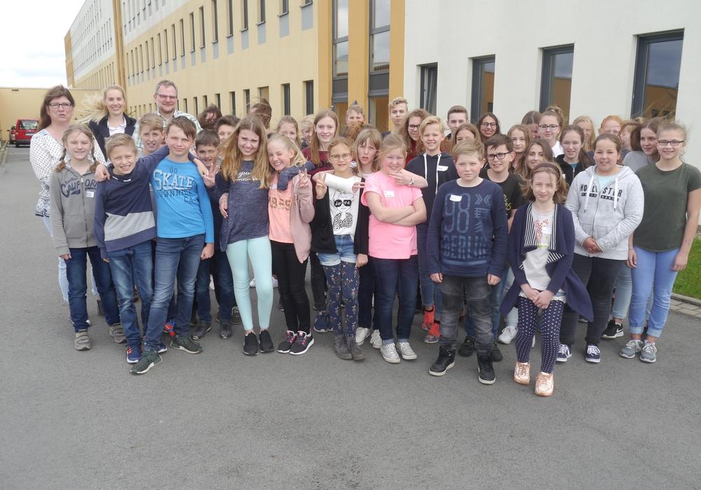 Pflegedirektor Jens Bosenick (hintere Reihe, Dritter von links) begrüßte 42 Schülerinnen und Schüler beim Zukunftstag im Helios Klinikum Gifhorn. Foto: Helios Klinikum Gifhorn