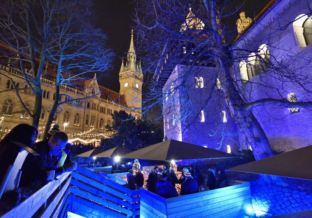 Stimmungsvoll beleuchtet sind die Weihnachtsmarkt-Flöße im historischen Burggraben ein außergewöhnlicher Blickfang. Foto: Braunschweig Stadtmarketing GmbH / Daniel Möller