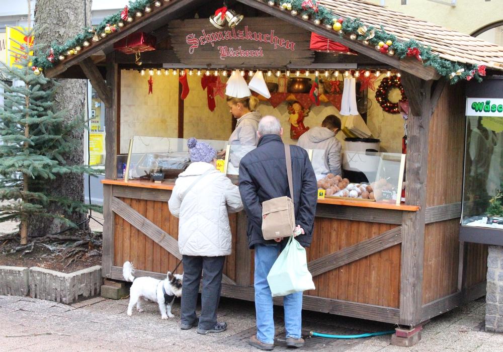 Der Weihnachts markt lockte schon früh erste Besucher. Foto: Nino Milizia