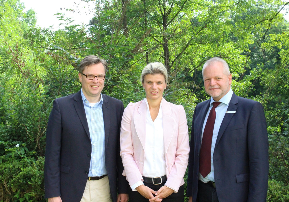 Landrat Andreas Ebel (li.) mit Audrey Grothe und Olaf Heimburg. Foto: Nino Milizia