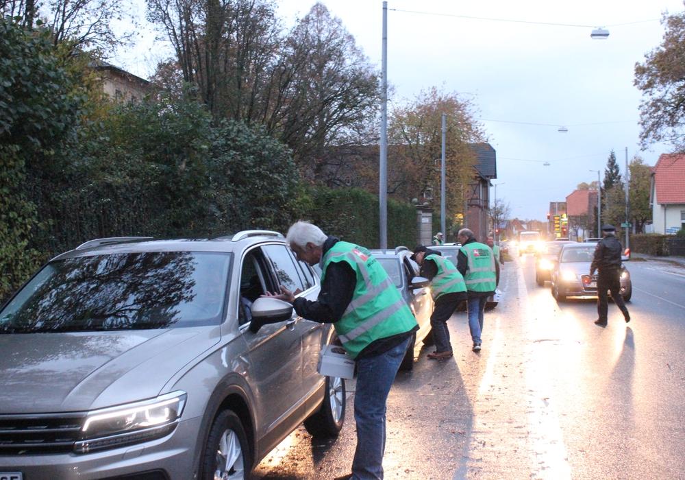 Am Mittwochabend klärte die Verkehrswacht über die Tücken des Winters auf und verschenkte kleine Winter-Pakete in Halchter. Fotos: Anke Donner