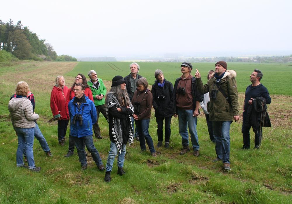 Der Ornithologe Reinhold Huke (2. v. rechts) führte die Vogelstimmenwanderung am Elmrand. Foto: Diethelm Krause-Hotopp