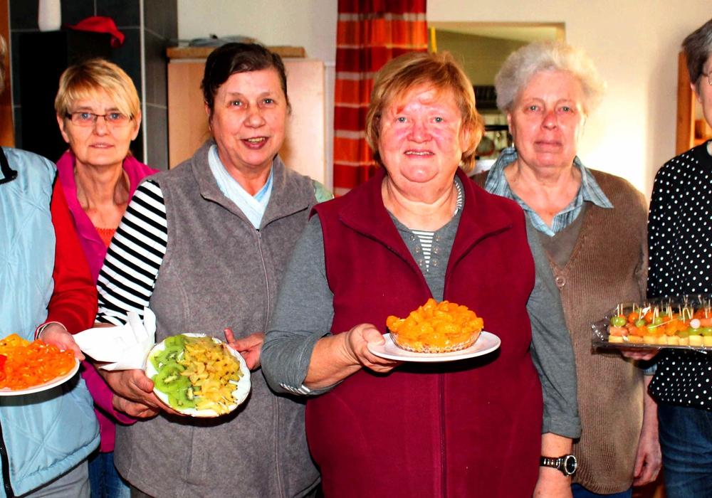 Fleißige Helfer bereiten ein reichhaltiges und schmackhaftes Essen vor.  Foto: Bernd-Uwe Meyer
