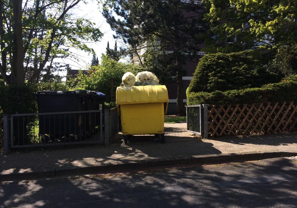 Gelbe Tonne in der Straße Zur Schanze 1. Foto: Privat