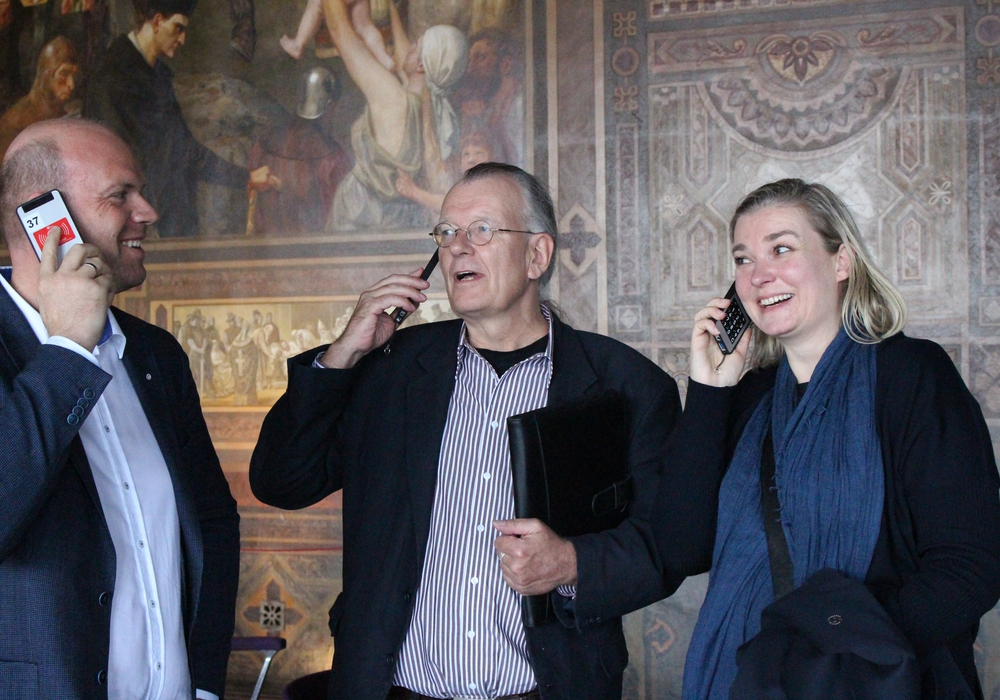 Martin Mahnkopf (SPD), Axel Dietsch (Arbeitskreises Kultur) und Susanne Borkott (CDU) lauschen den Audioguide-Beschreibungen im Kaisersaal. Foto: Antonia Henker