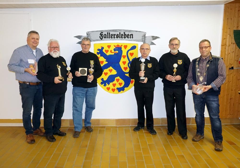 die Pokalsieger des Gästeschießens (v.l. Jürgen Schubert, Friedrich Wandschneider, Hans-Joachim Prox, Reinhold Hertig, Rolf Hungerland und Detlev Moser) Foto: Feuerwehr