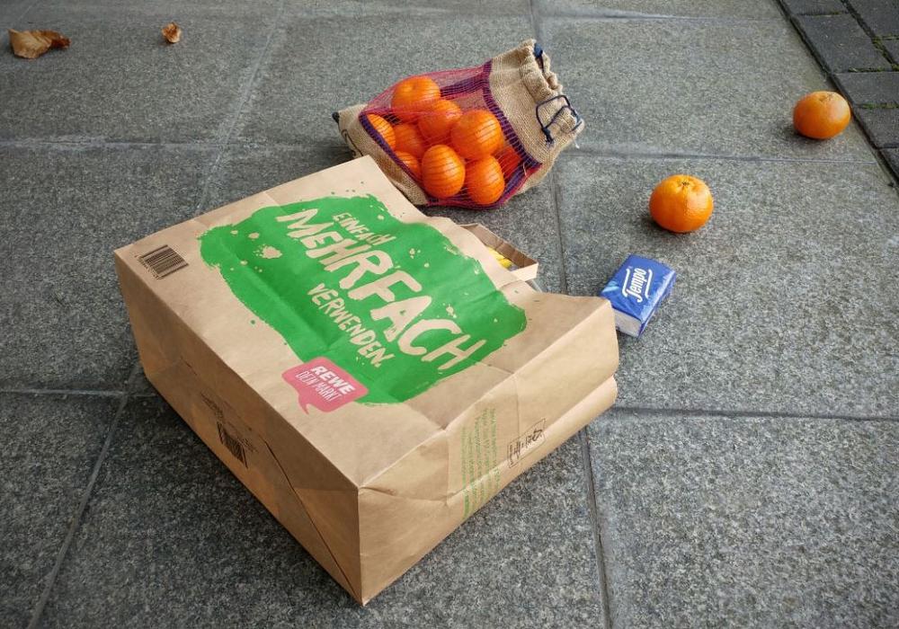 Die Tasche der alten Dame wurde in der Nähe des Tatortes aufgefunden. Symbolfoto: Alexander Panknin