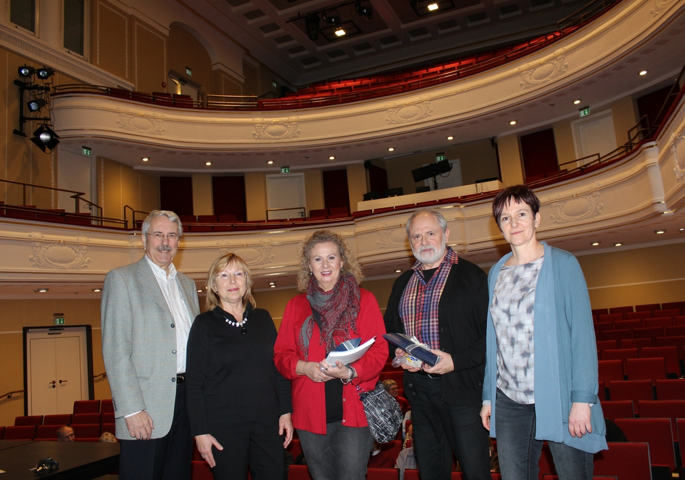 Von links: Dr. Alfred Henning, Elke Wesche (Kulturbund), Ehepaar Ziese, Alexandra Hupp (Theaterleiterin). Foto: Lessingtheater