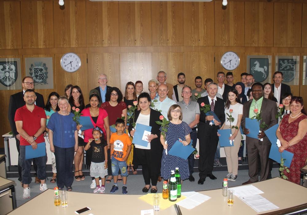 Am Donnerstag wurden 30 neue Staatsbürger im Landkreis eingebürgert. Fotos: Anke Donner
