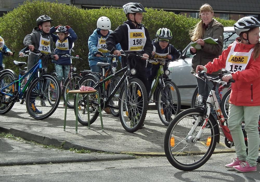 Die Radfahrprüfung findet jährlich im Umfeld der Grundschule statt. Archivfoto: Verkehrswacht