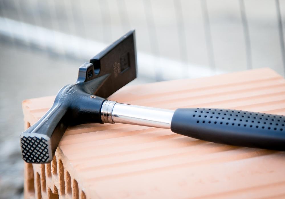 Wenn Hammer auf Azubi wartet: Der Bau boomt und braucht Nachwuchs. Aber der Griff zum Bauhammer muss für Jugendliche attraktiver werden, sagt die IG BAU. Foto: IG BAU
