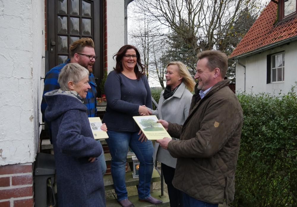 Neubürger erhalten in Evessen nun eine Begrüßungsmappe. Foto: Kreiser