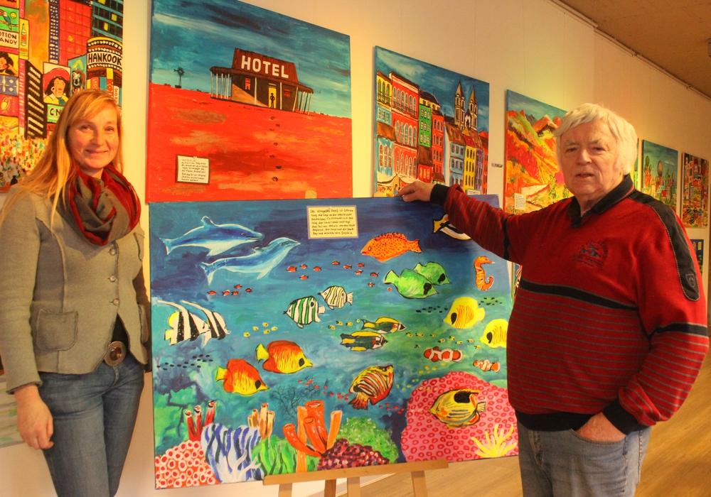 Walburga Schmidt und Dieter Potthoff zeigen die Ausstellung, die ab dem 6. Januar im Schmidt-Terminal zu sehen sein wird. Fotos: Anke Donner