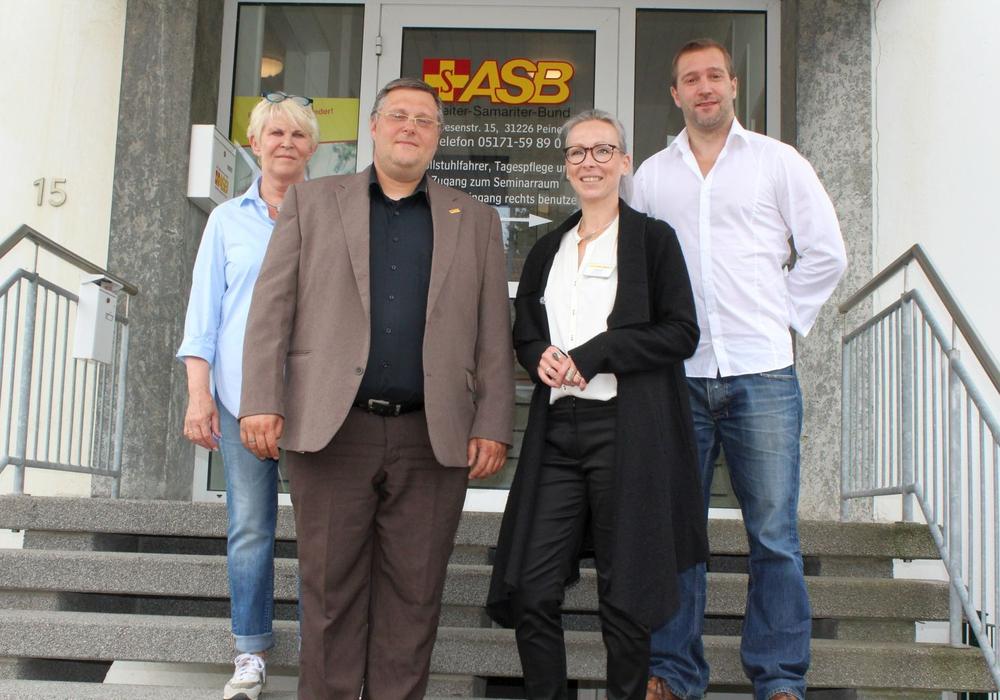 Eva Schlaugat (ASB Landesvorstand), Andreas Thrun (Geschäftsführer), Nela Bode (Geschäftsführerin), Romec Manns (Vorstand ASB Peine) (v. li.). Foto: ASB Kreisverband Peine