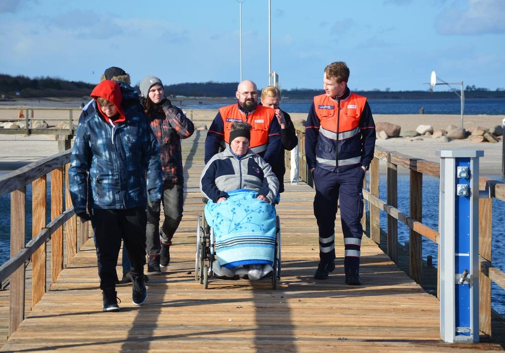 Die Wolfsburger Malteser erfüllen schwerkranken Patienten Herzenswünsche; dieses Mal ein Tag an der See. Fotos: Malteser Wolfsburg