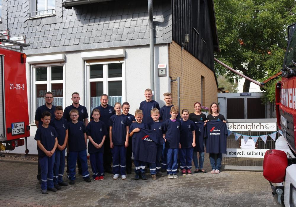 Grund zur Freude gab es am Donnerstag für die Kinder und die Betreuer der Jugendfeuerwehr Linden. Foto: Robert Braumann