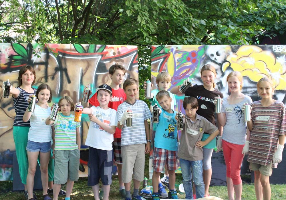 Zwölf Kinder meldeten sich für einen farbenfrohen Ferientag auf dem Hof der Stadtjugendpflege an und zeigten Ihre Kreativität beim Zeichen und beim Graffiti-, und Airbrush-Sprühen. Fotos: Max Förster