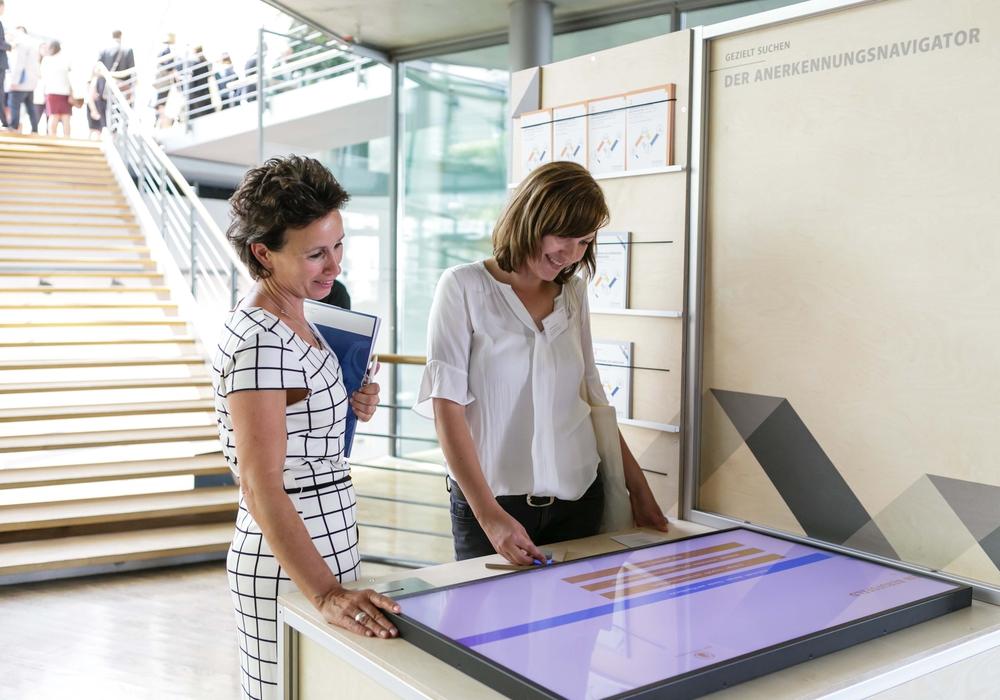 """Die Ausstellung """"UNTERNEHMEN BERUFSANERKENNUNG"""" hat das Thema berufliche Anerkennung im Fokus. Foto: Agentur für Arbeit Helmstedt"""