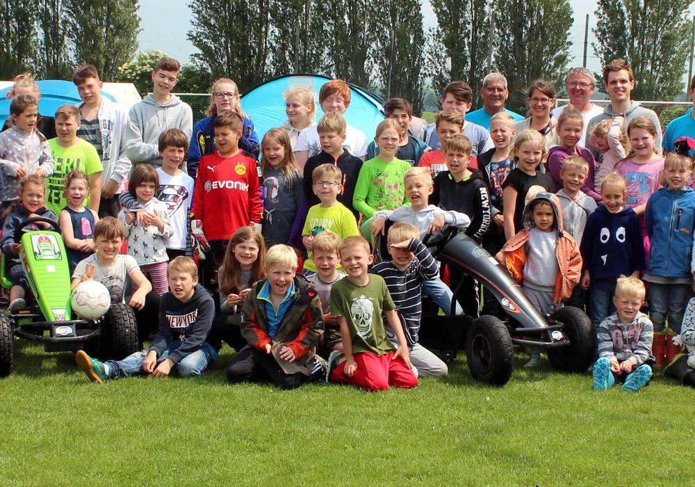Mehrere Teilnehmer auf dem Roklumer Sportplatz Foto: Bernd-Uwe Meyer