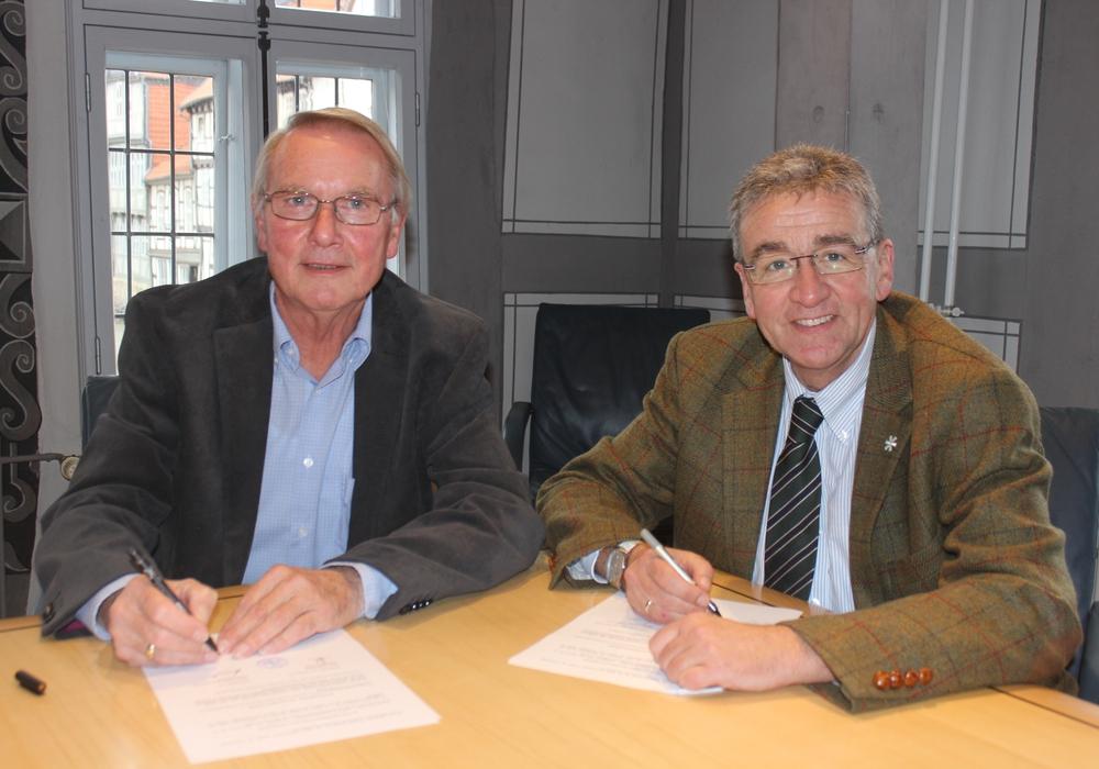 Heimatstiftungs-Vorsitzender Axel Gummert und Bürgermeister Thomas Pink unterzeichnen den Vertrag, der die Mittagsverpflegung in den Kitas sichert. Foto: Anke Donner