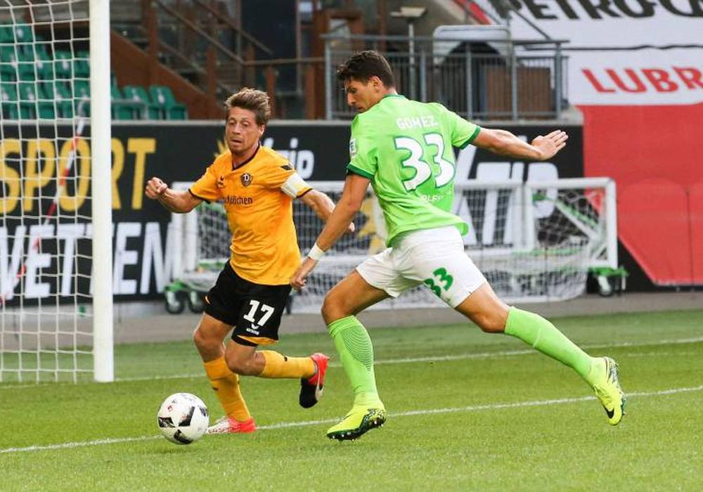 Mario Gomez gegen Andreas Lambertz im Test in der Vorsaison. Foto: imago/Schroedter