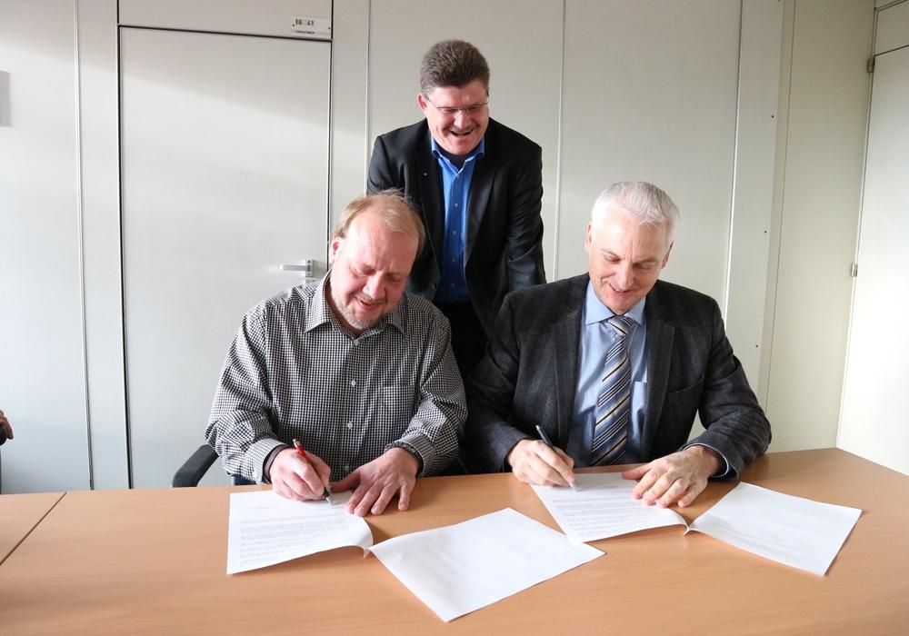 Vertreter beider Schulen unterzeichneten gestern einen Kooperationsvertrag. Foto: Gymnasium am Bötschenberg