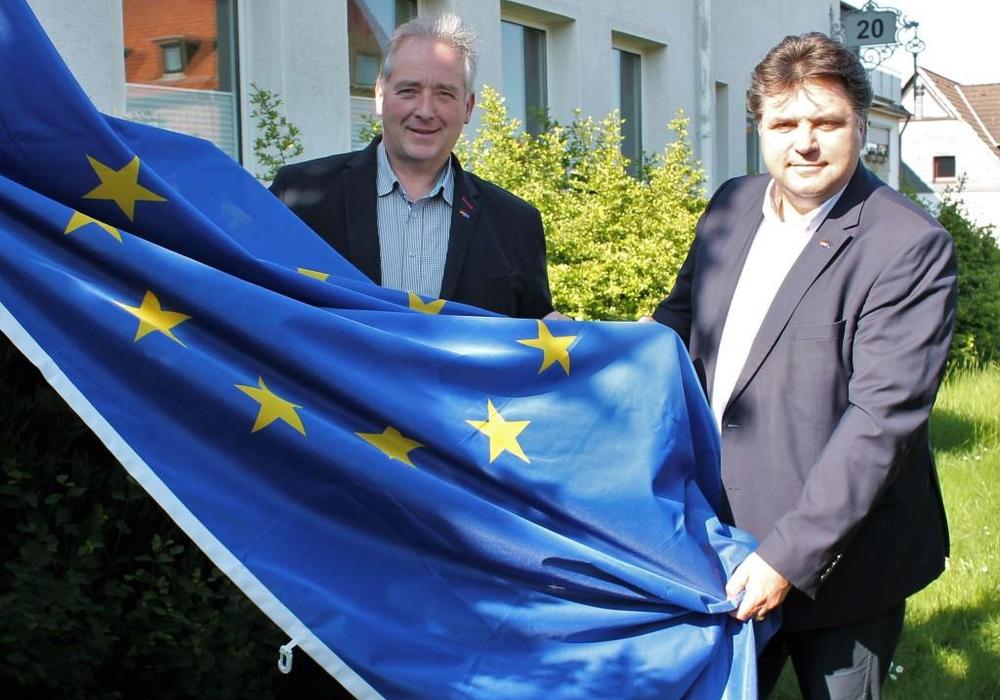 Hissen als Zeichen für Europa die Flagge mit den zwölf goldenen Sternen: Der CDU-Kreisvorsitzende Frank Oesterhelweg (l.) und sein Stellvertreter Uwe Schäfer. Foto: Andreas Meißler