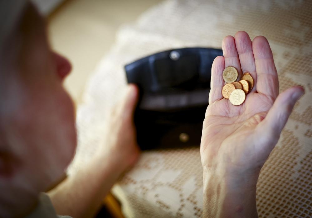 """Ebbe im Portemonnaie: Immer mehr Menschen im Rentenalter sind von Armut betroffen – und auf Grundsicherung vom Staat (""""Alters-Hartz-IV"""") angewiesen. Die Gewerkschaft NGG fordert eine Stärkung der gesetzlichen Rente. Auch die betriebliche Vorsorge soll ausgebaut werden. Foto: NGG"""