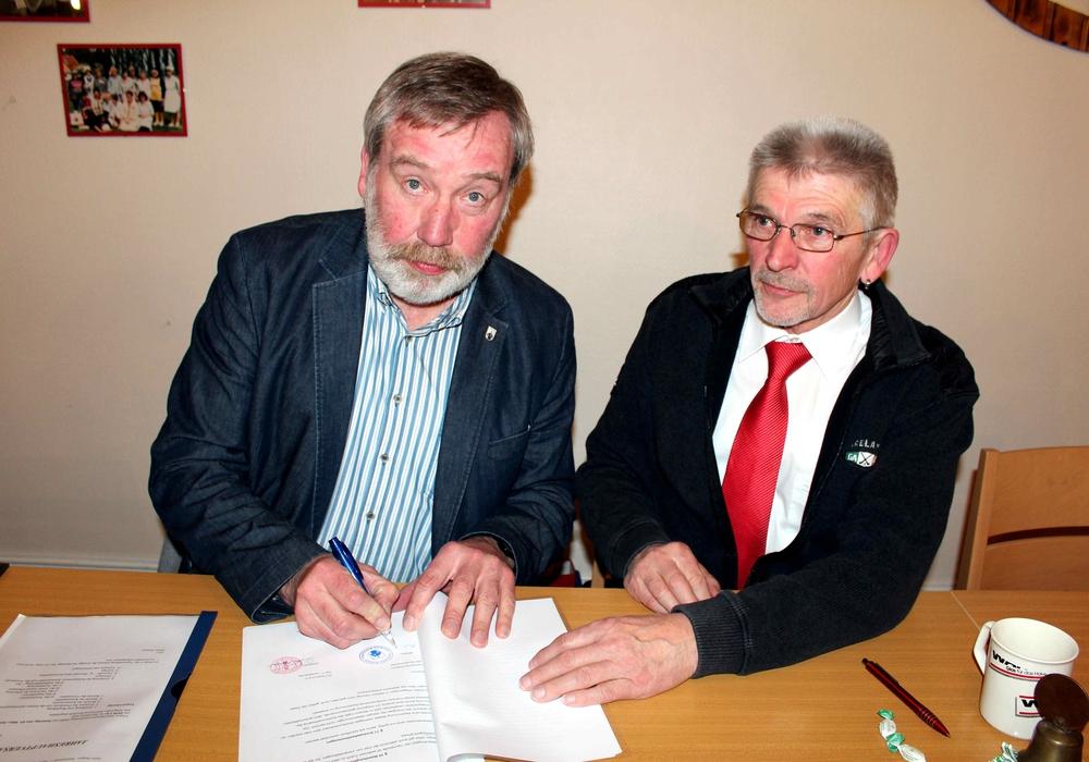 Bürgermeister Müller und  der Vorsitzende Wagner unterzeichnen den Vertrag. Foto: Meyer