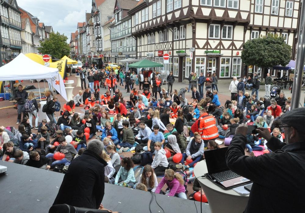 Flashmob: Rund 100 Wolfenbütteler wurden zum Wiederbelebungs-Flashmob in der Fußgängerzone. Sie simulierten die Herzdruckmassage an Luftballons. Fotos: DRK