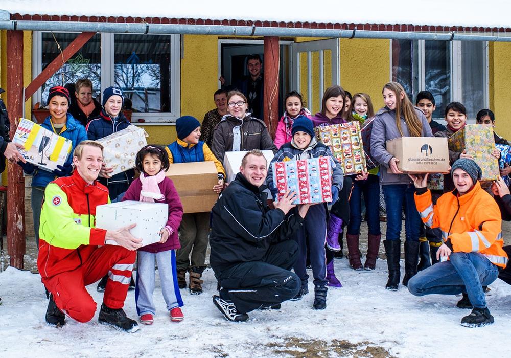 Die Johanniter Weihnachtstrucker überbrachten auch in diesem Jahr wieder zahlreiche Hilfspakete an Personen in Osteuropa. Foto: Saskia Rosebrock
