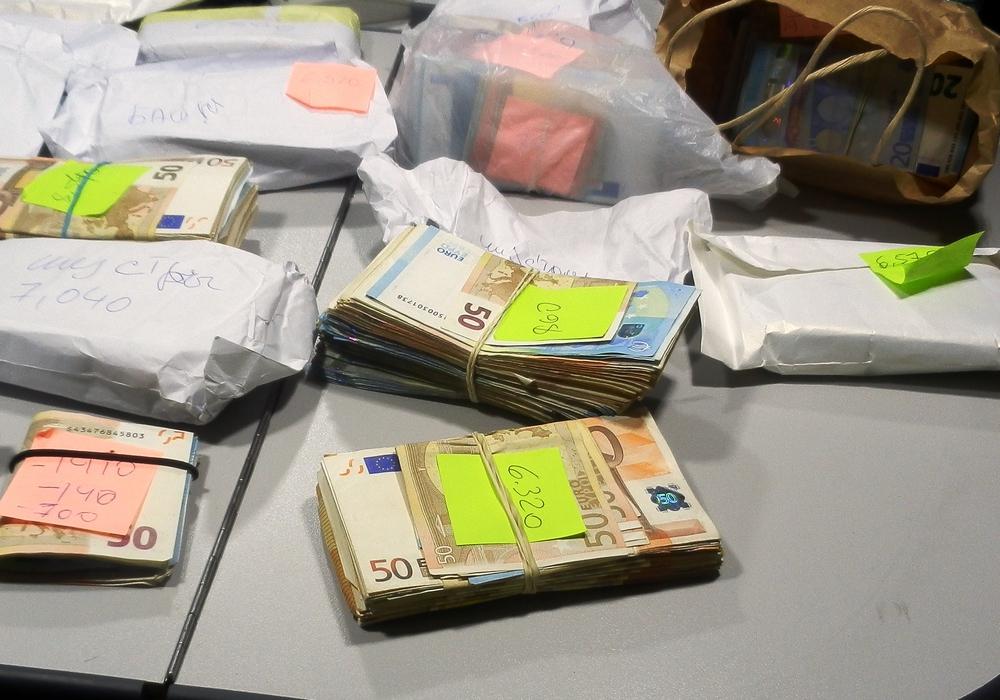 170.095 Euro Bargeld verteilt auf Tüten und Pakete. Foto: Zoll