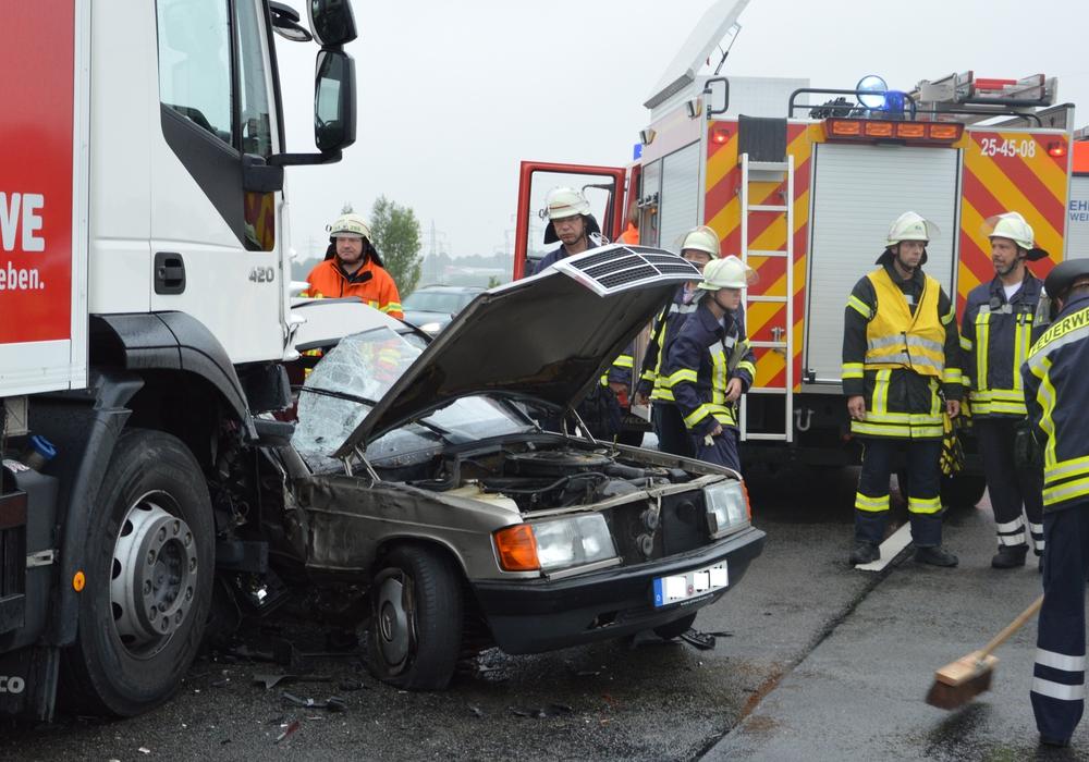 Auf der A39 kollidierte heute morgen ein LKW mit einem ins schleudern geratenem Auto. Fotos: Freiwillige Feuerwehren der Gemeinde Cremlingen