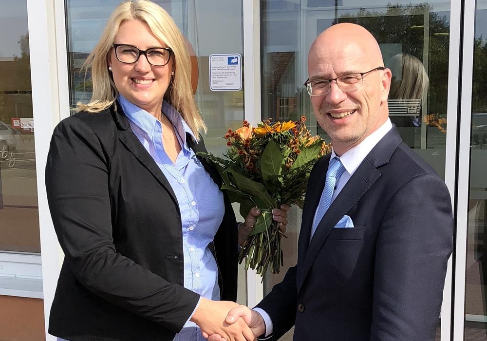 Stefan Honrath, Leiter der BraWo-Direktion Peine, begrüßte in der Filiale Gadenstedt die neue Leiterin Julia Berkefeld. Foto: Volksbank BraWo