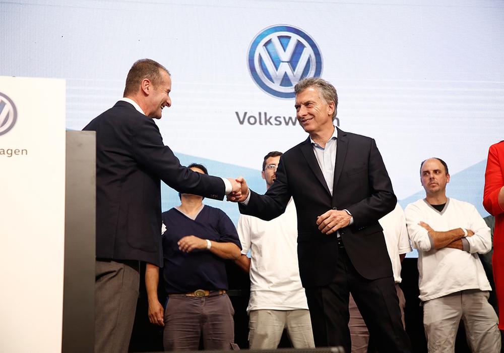 Volkswagen Markenchef Dr. Herbert Diess und Argentiniens Präsident Mauricio Macri verkünden die Investitionen im argentinischen Volkswagen Werk Pacheco. Foto: Volkswagen AG