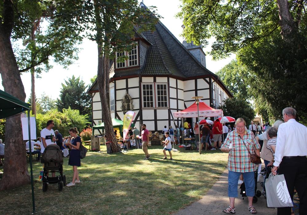 Bei bestem Wetter kamen die Besucher im Kirchgarten der St. Johannis-Kirche zusammen. Fotos: Julia Seidel