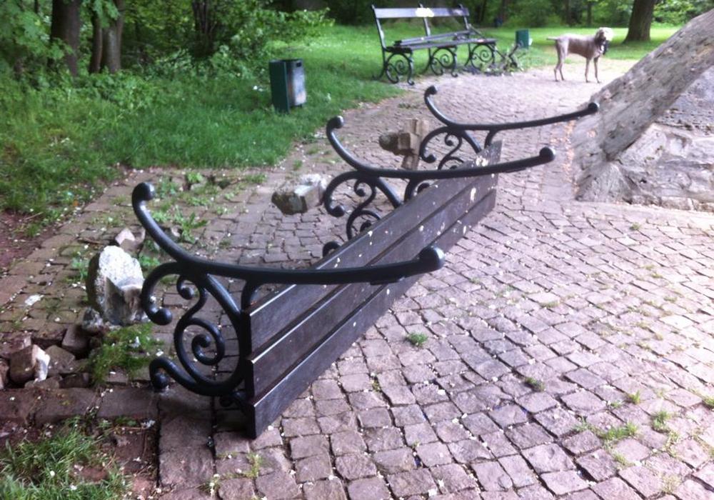 In der Vergangenheit wurden immer wieder Bänke im Prinzenpark durch Vandalismus zerstört. Foto: Balder